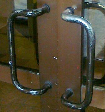 Пример некачественных дешевых алюминиевых дверей