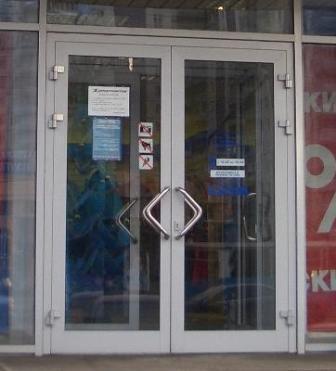 Алюминиевые двери с распашными створками